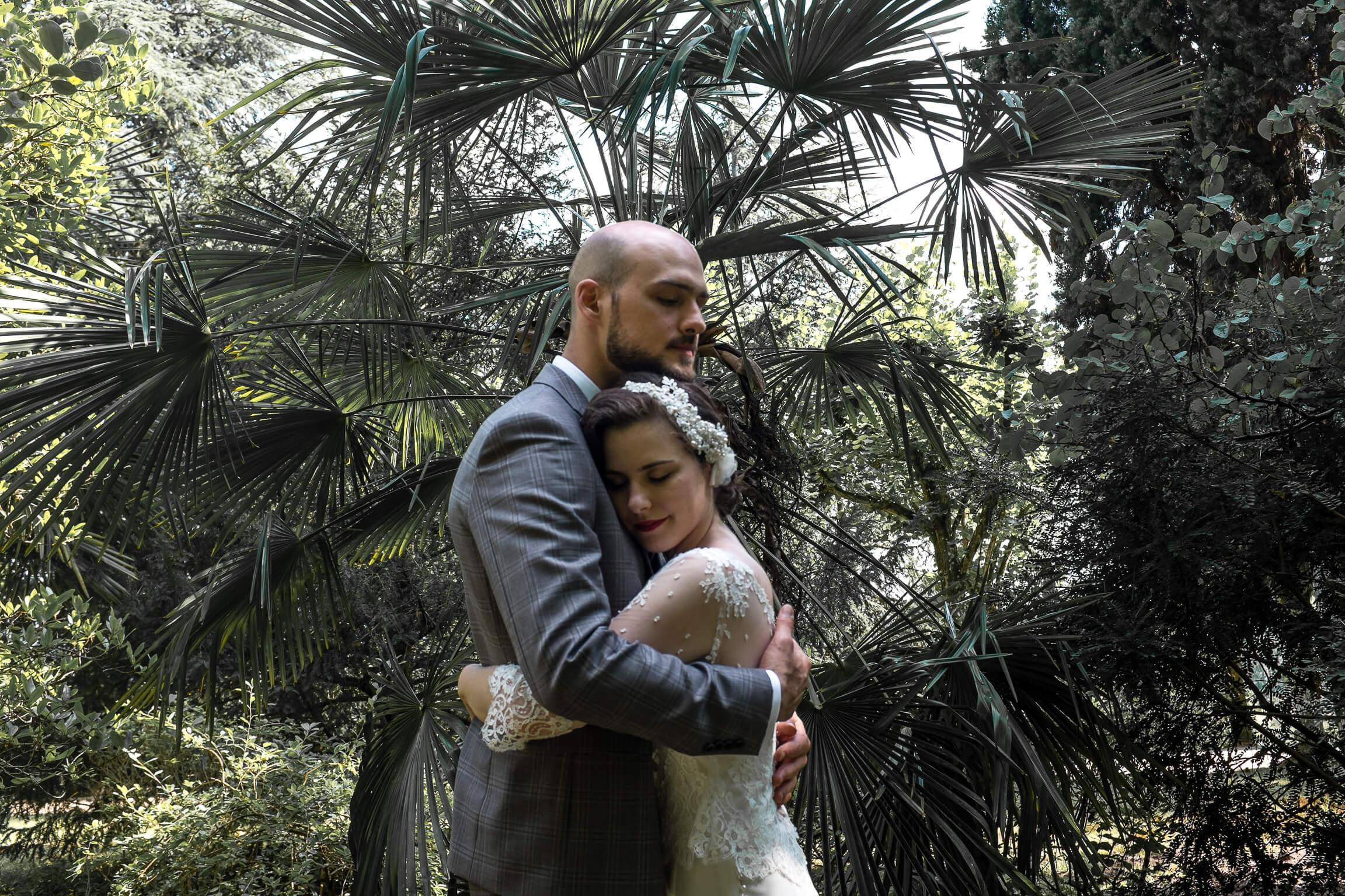 jeunes maries pendant la seance couple pres de Tours