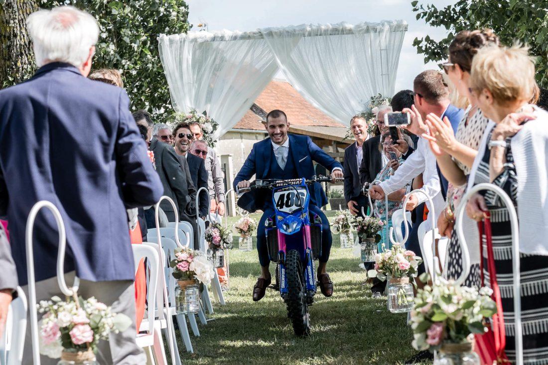 le marie arrive a la ceremonie laïque en moto cross