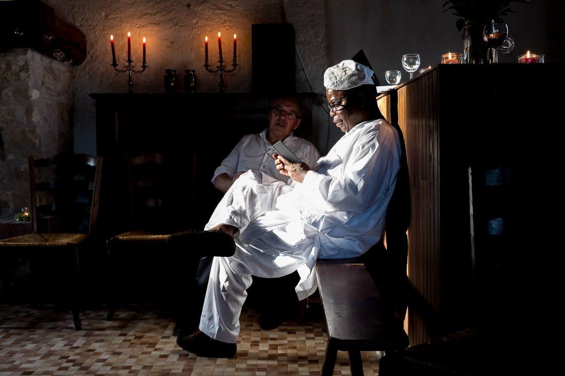 un invite regarde son telephone pendant la ceremonie laïque