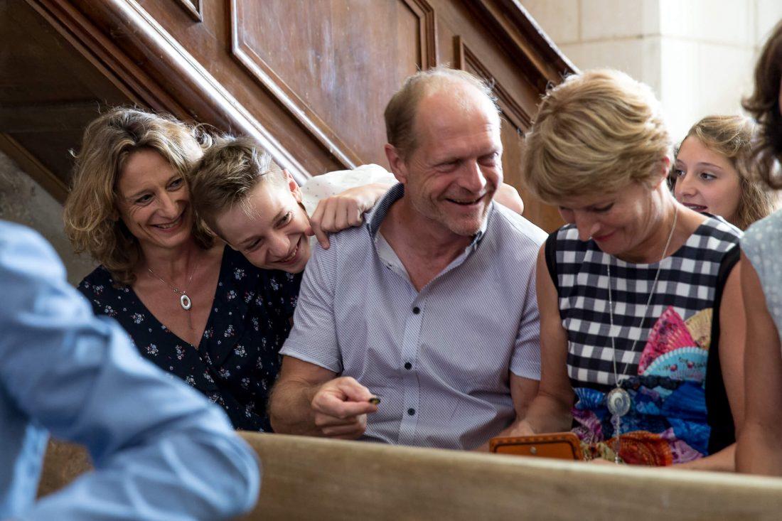 une famille rigole pendant la ceremonie religieuse a l'eglise