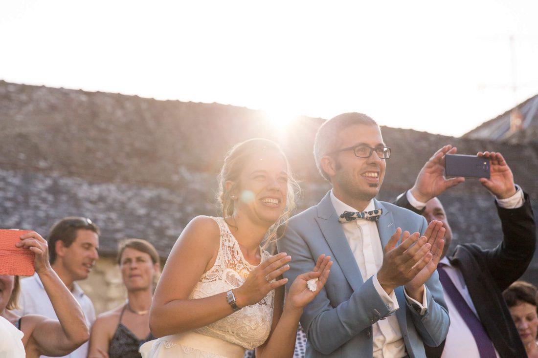 les maries regardent le flash mob de leurs invites pendant le cocktail du mariage en touraine