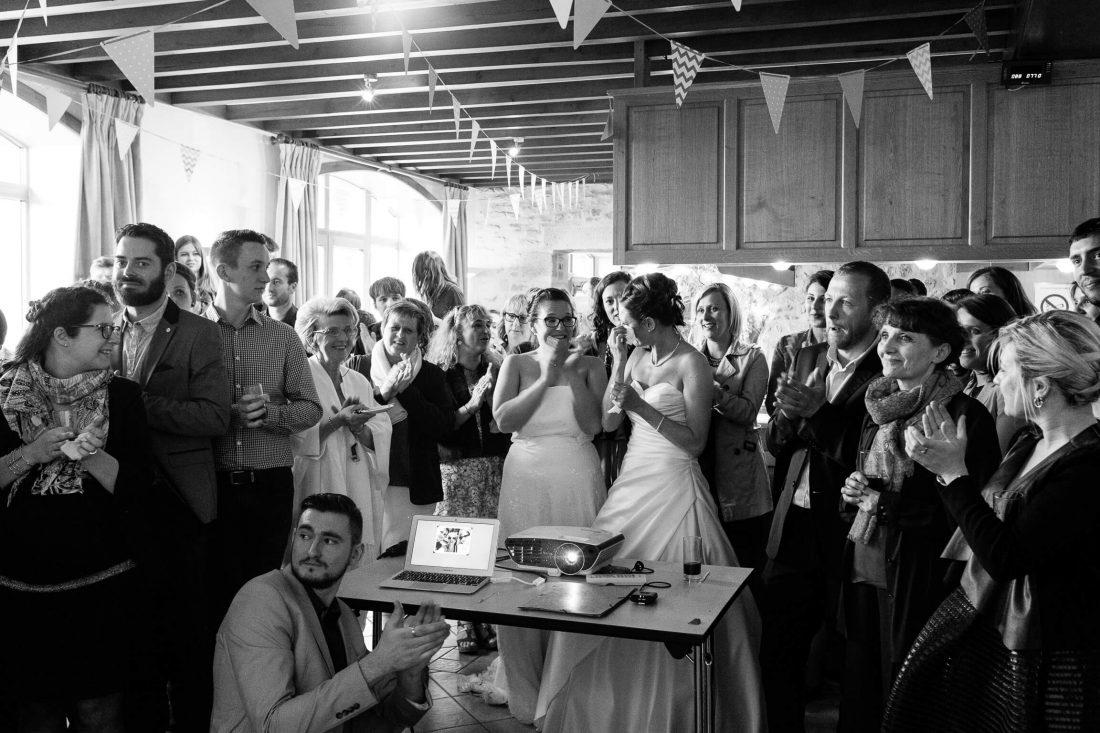 les mariees pendant le cocktail de ce mariage gay