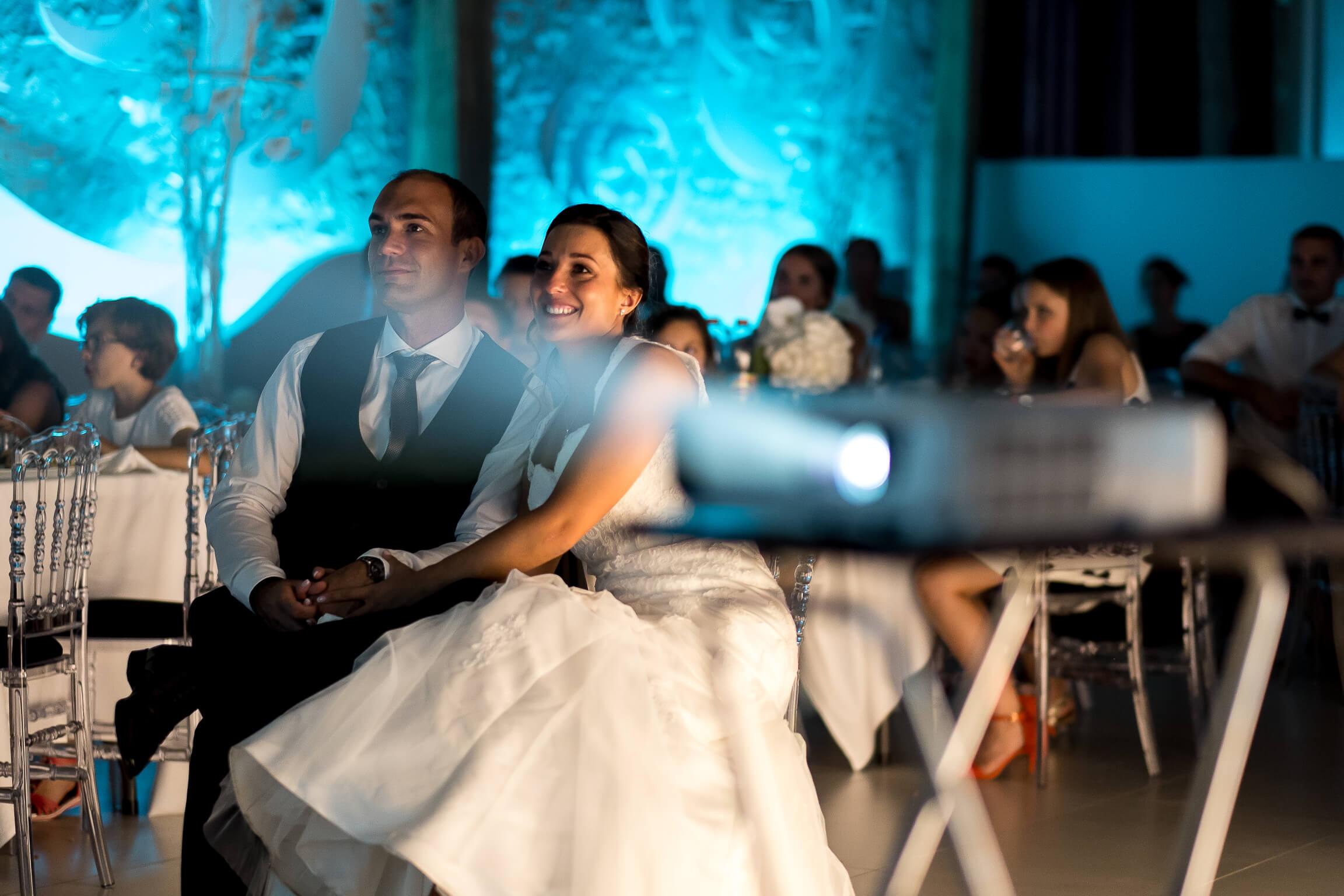 les maries regardant un diapo pendant la soiree de leur mariage
