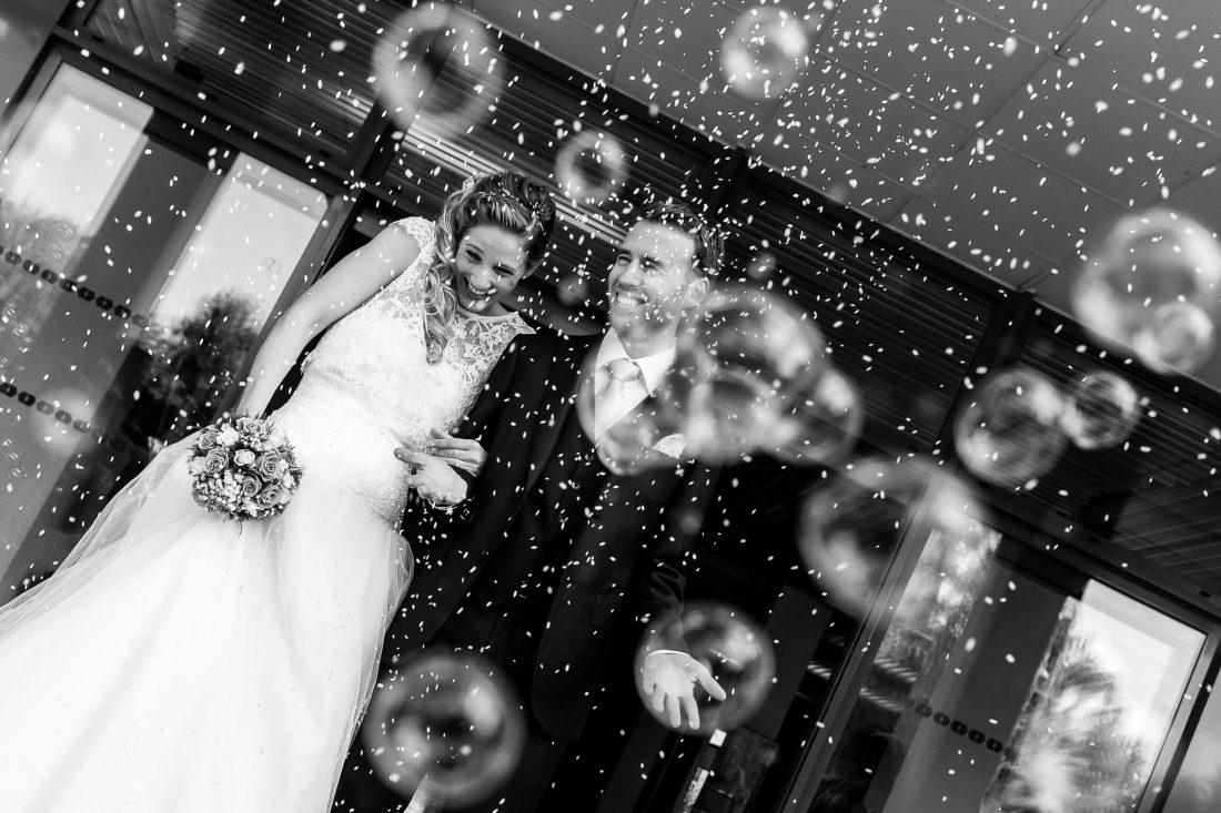 maries sortant de la mairie sous une pluie de riz et de bulles