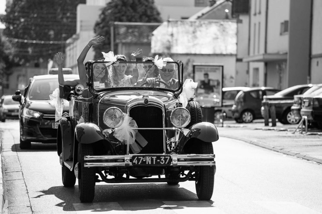 lamariee arrive en voiture traction avec ses demoiselles d'honneur et temoins