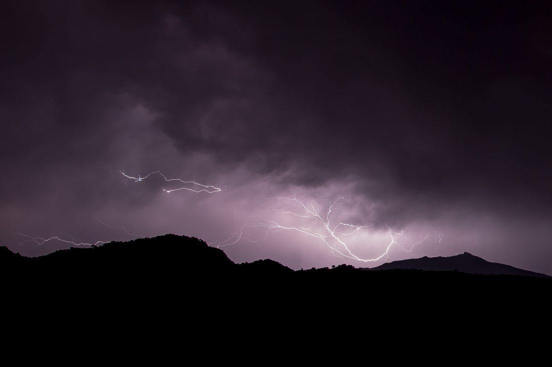 eclair d'un orage corse la nuit