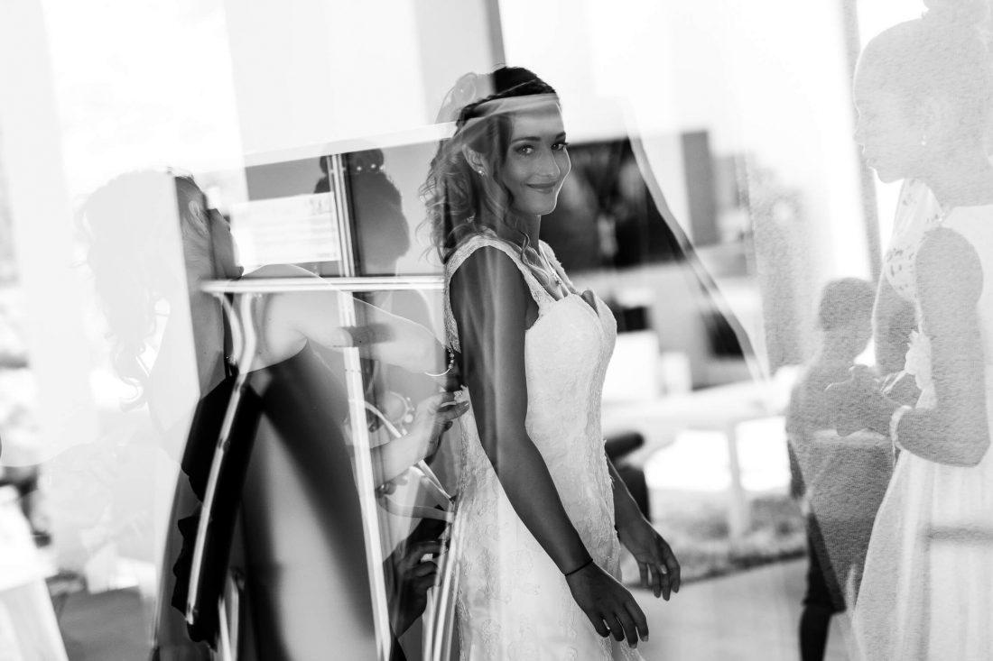 habillage de la mariee pendant les preparatifs