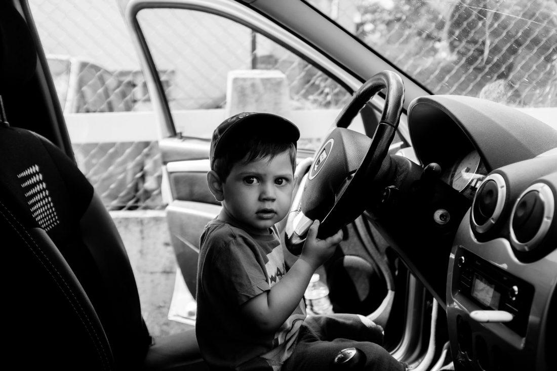 enfant qui veut conduire pendant les preparatifs