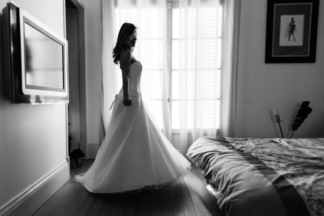 la mariee teste sa robe apres l'habillage des preparatifs