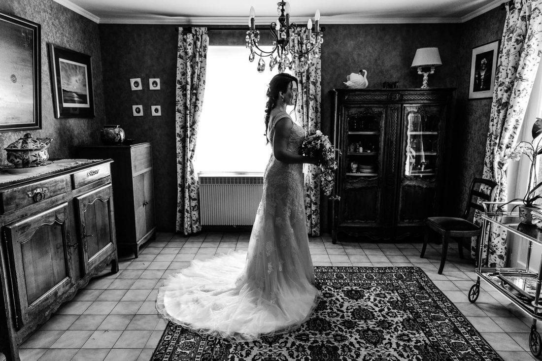 la mariee vient de finir l'habillage et pose avant de partir pour la ceremonie