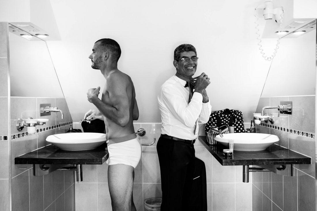 le marie et son pere pendant les preparatifs dans la salle de bain