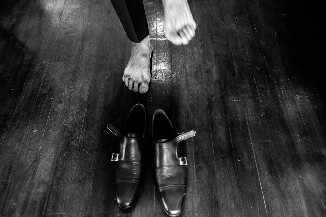 pieds et chaussures du futur marie pendant les preparatifs