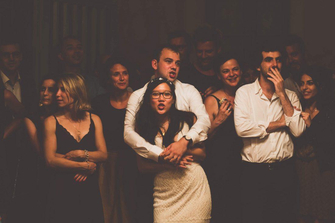 les maries assistent a une danse des invites