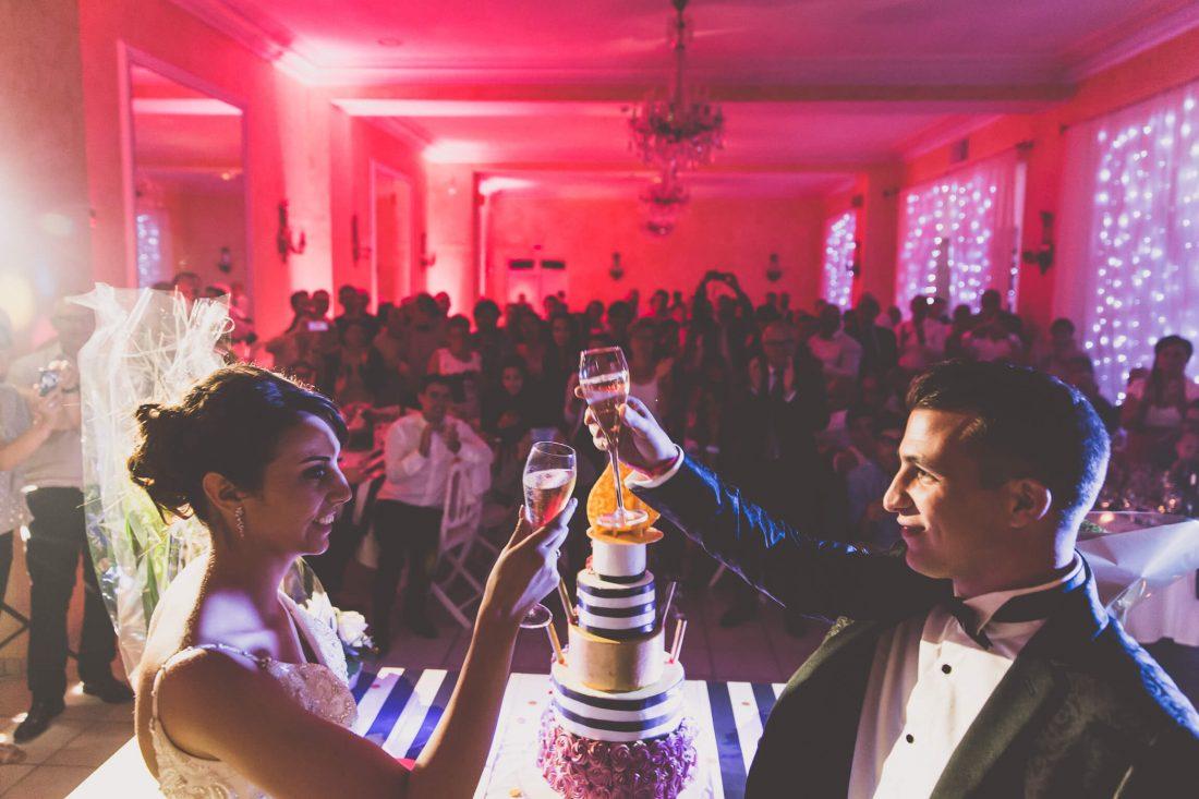 les maries celebrent juste apres la presentation de la piece montee