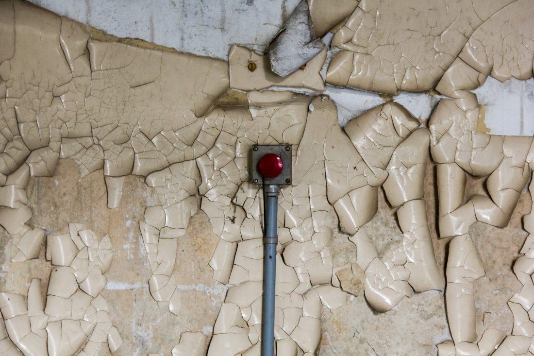 bouton rouge dans un ancien hopital psychiatrique