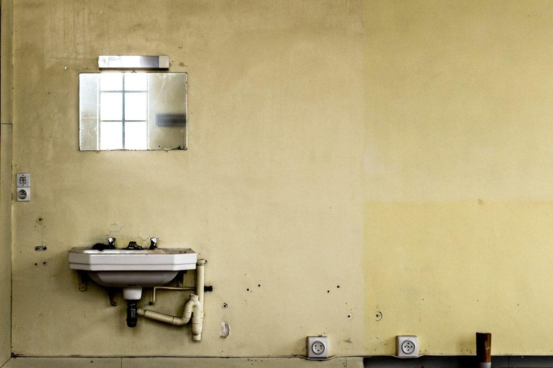 un lavabo et un miroir en urbex