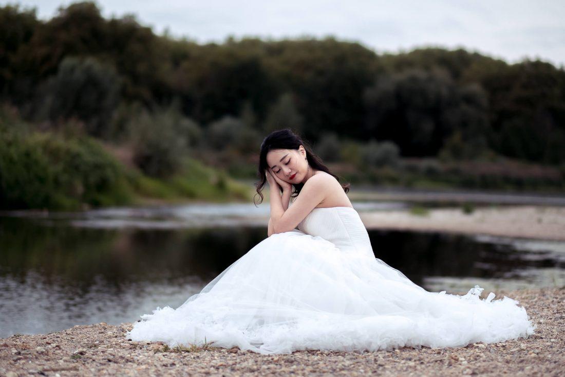 mariee qui prend la pose lors de ce shooting photo mariage en bords de Loire a Amboise
