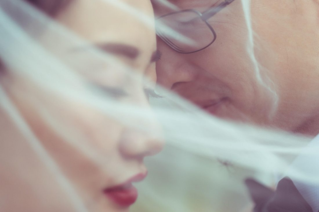 Shooting photo mariage avec ce couple de maries sous le voile de la mariee