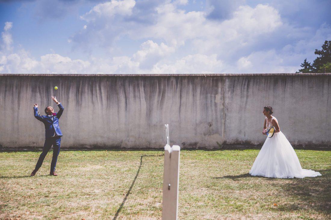 partie de tennis pour les photos de couple au chateau de Cande