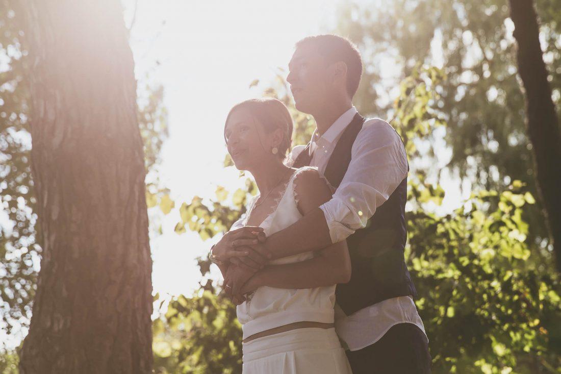 moment doux pour cette seance photo de couple lors d'un mariage
