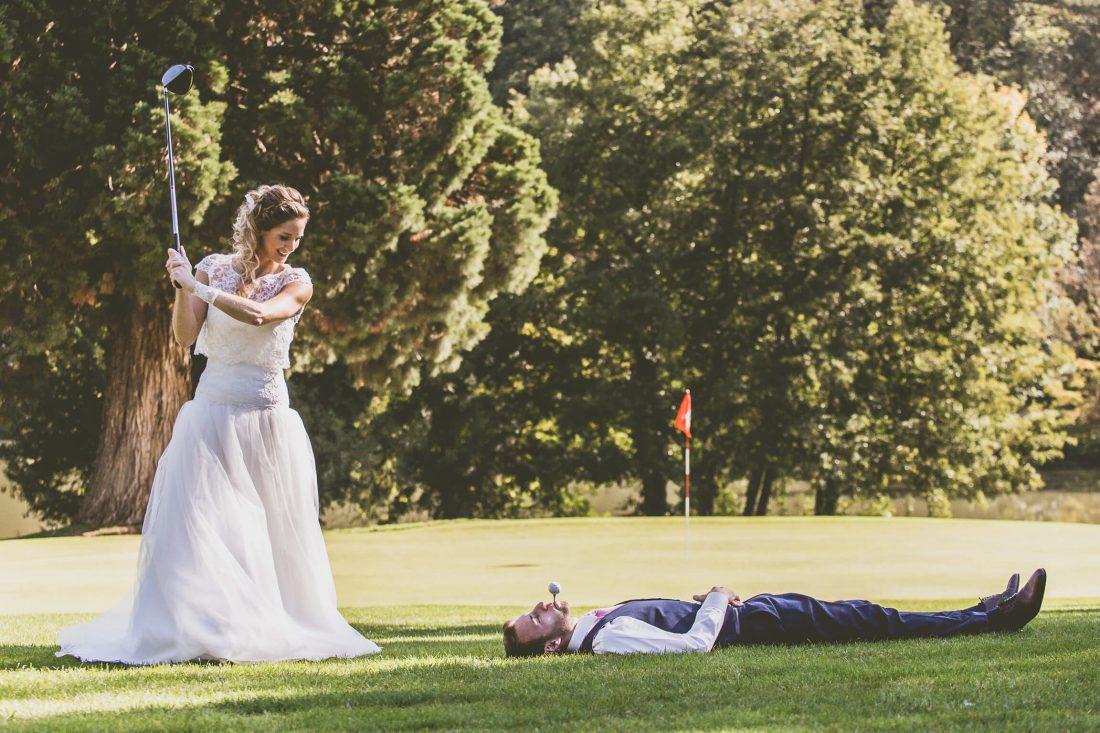 partie de golf pour les photos de couple de ces maries