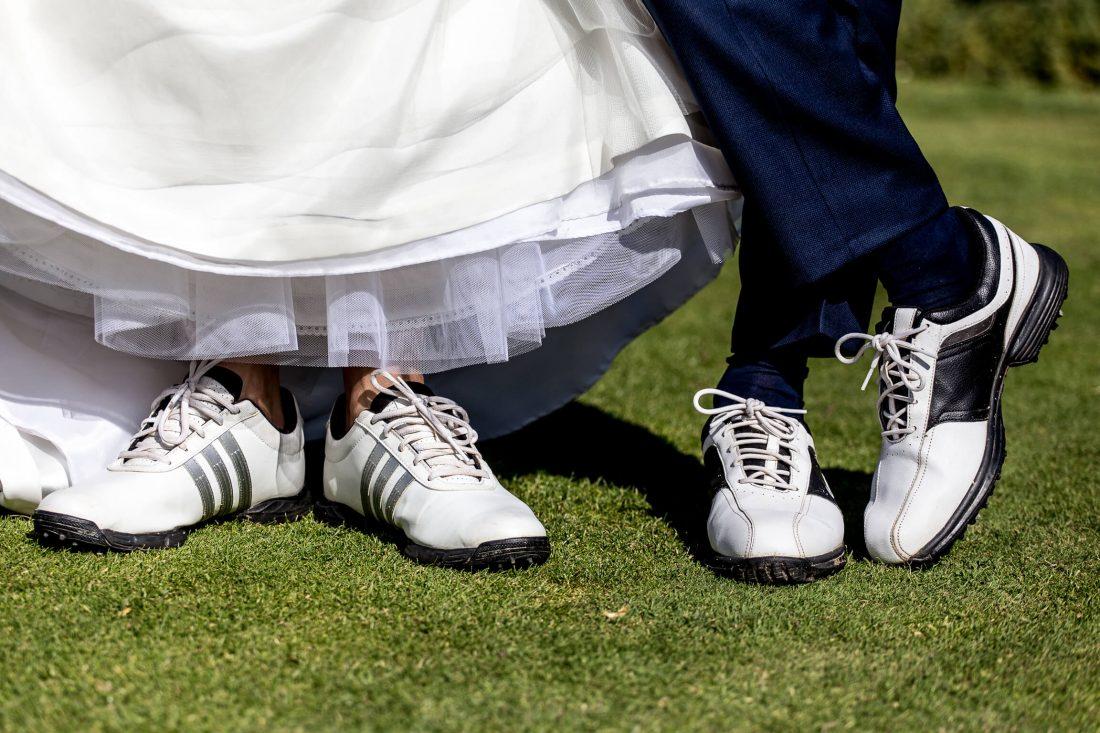 chaussures de golf pour les maries lors de la seance de photos de couple