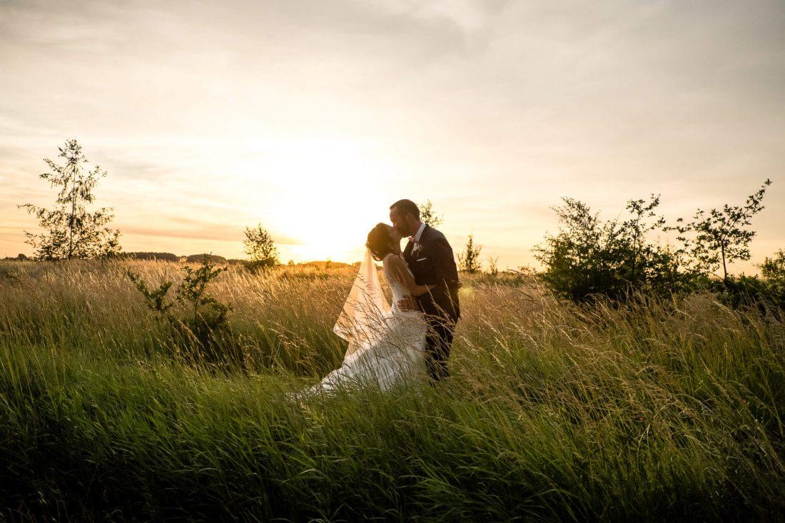 photo de couple en plein coucher de soleil pendant le repas du mariage