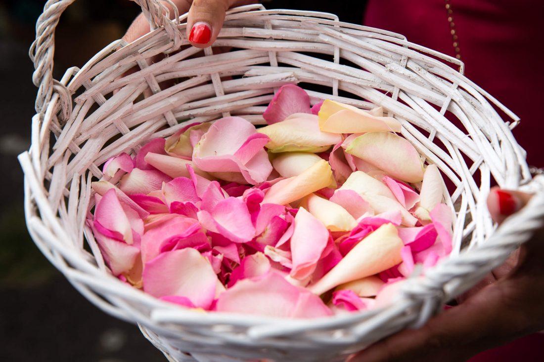 des petales de roses a la sortie d'eglise de ce mariage pres de Tours