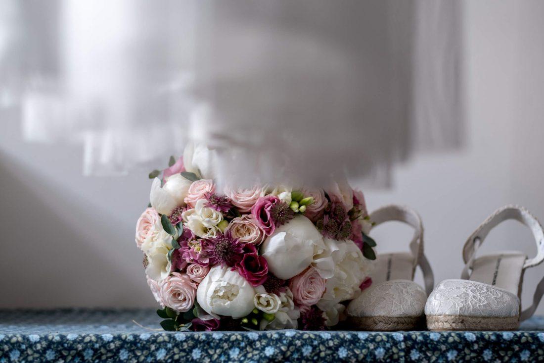 bouquet chaussures et robe de mariee pendant les preparatifs