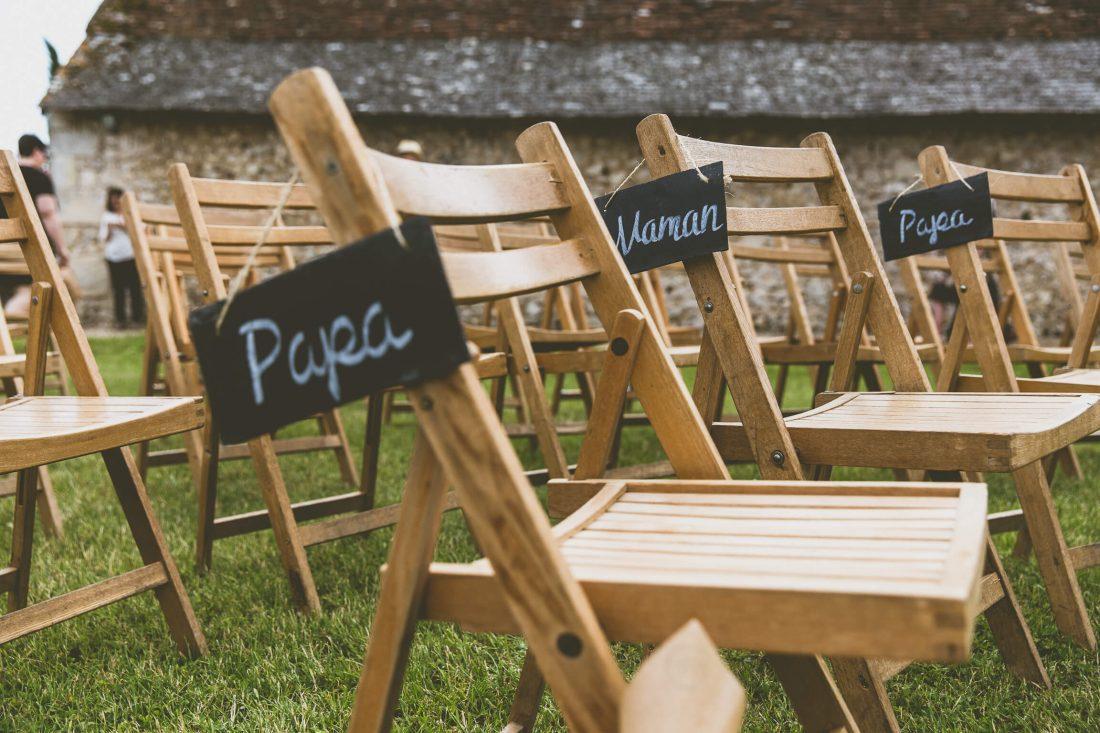 chaises avec des ardoises pour l'ambiance et la deco de ce mariage proche de Tours