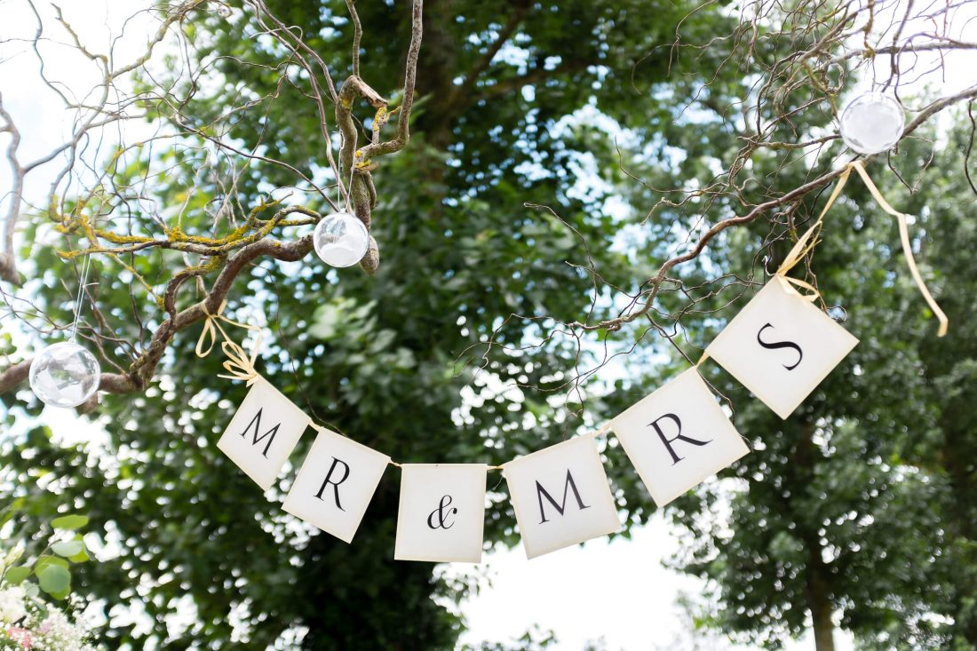 Mr & Mrs banderole à la ceremonie laïque de ce mariage pres de Tours