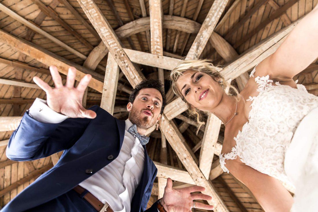 les maries se prennent au jeu de la seance photo