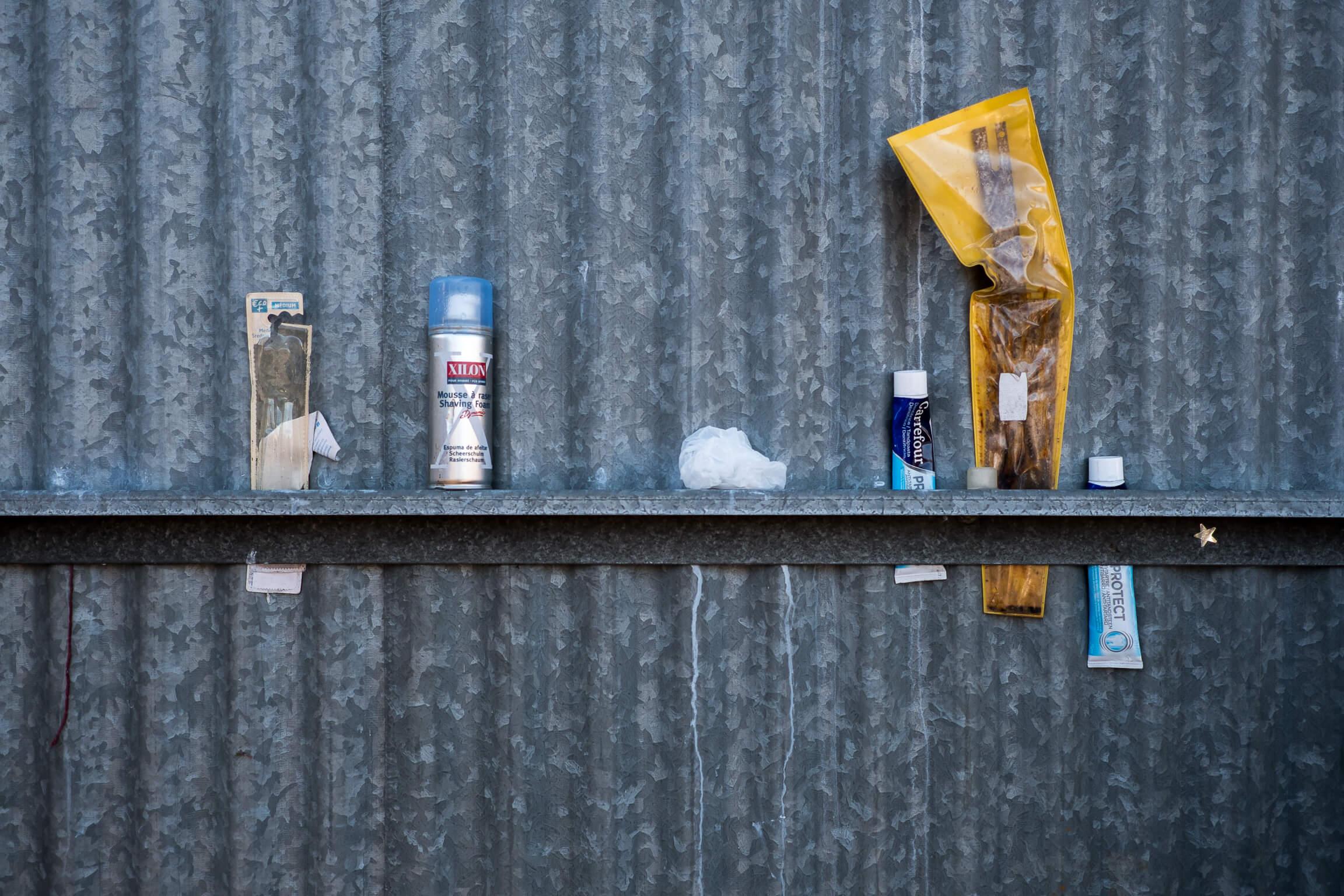 affaires de toilettes dans un squat de réfugiés avec dentifrice et brosse à dents