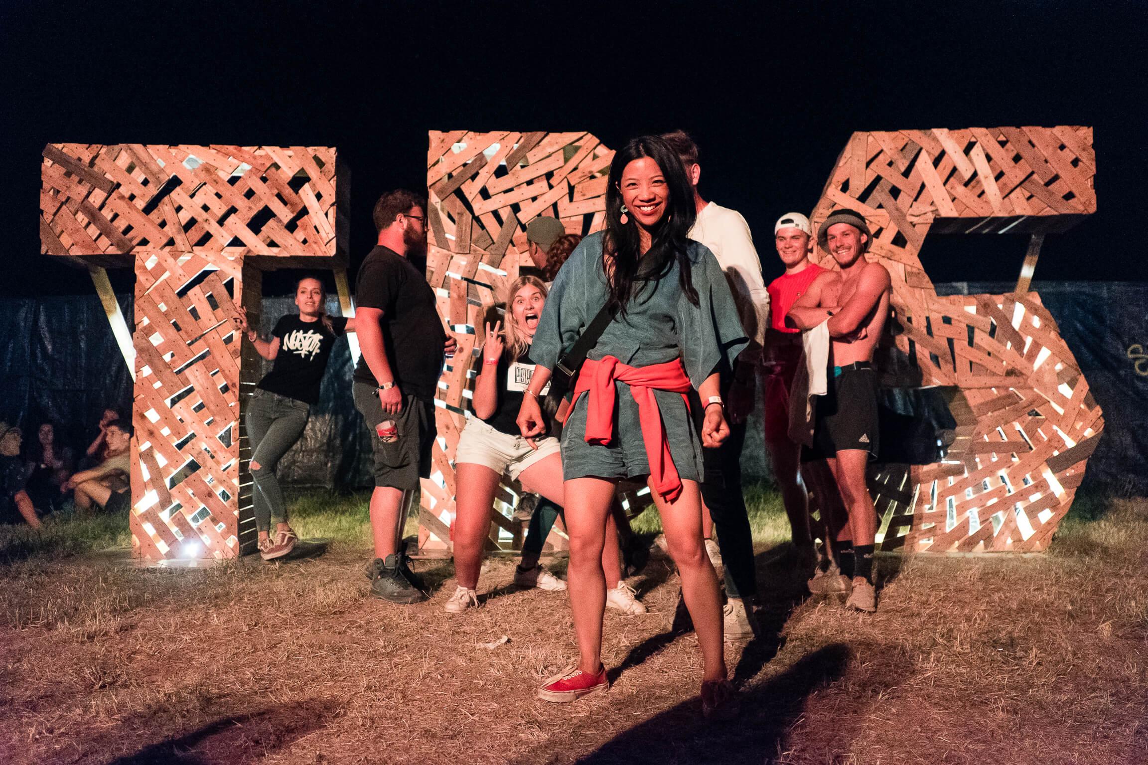 Structure en bois ou les festivaliers posent en selfie au festival Terres du Son