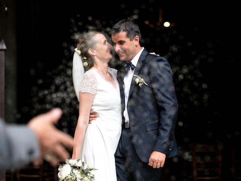 ceremonie religieuse d'un mariage avec les mairés qui s'embrassent à la sortie de l'église à Tours