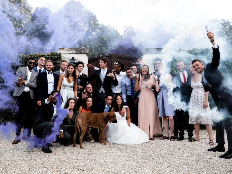 photo de groupe avec des fumigènes pour ce mariage près de Tours par le photographe professionnel Sebastien Pons