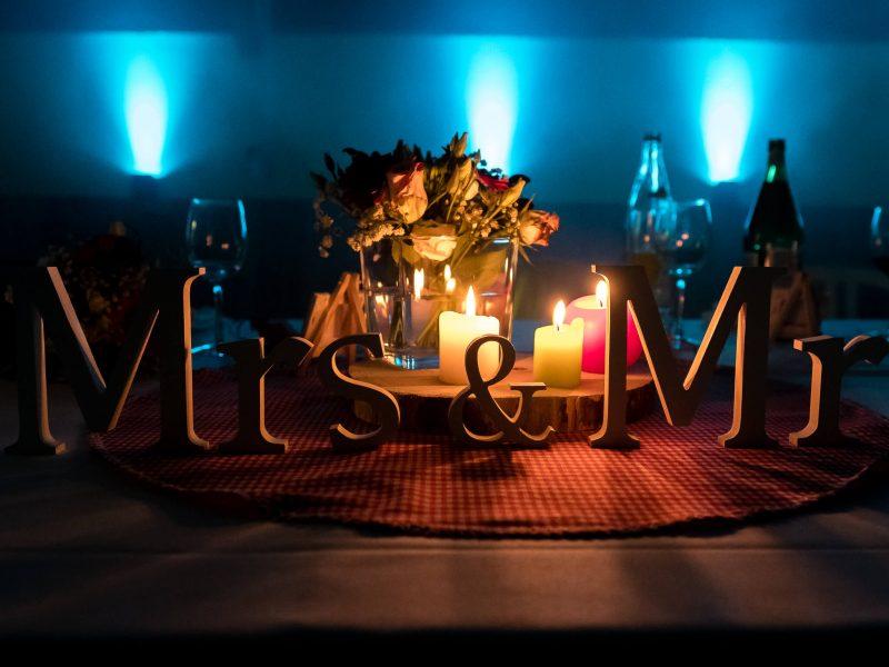 Mrs & Mr en décoration de mariage de la table des mariés pendant la soirée