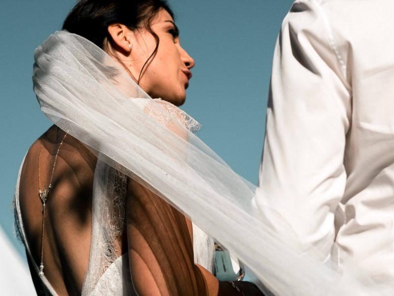Voile de la raobe de mariée au domaine de la Rousselière à Loches près de Tours pris en photo par le photographe professionnel de mariage Sebastien Pons