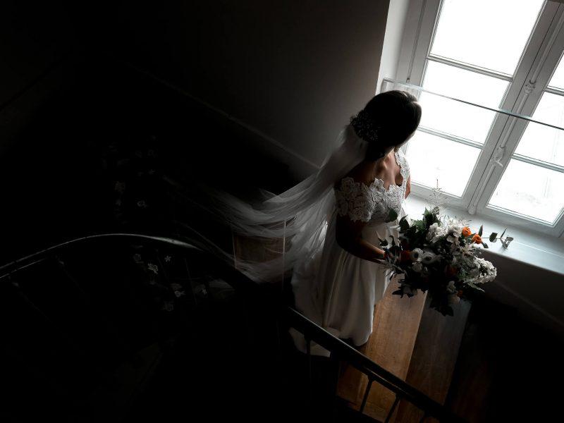 la future mariee en robe dans le chateau de Gue Chapelle à Nouzilly près de Tours, lors des préparatifs